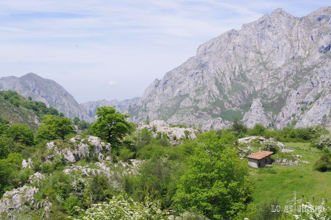 En la parte alta del camino, una vez sobrepasado el Valle de Angón, encontramos la coqueta majada de Bellanzu, al pie de Monte del mismo nombre.