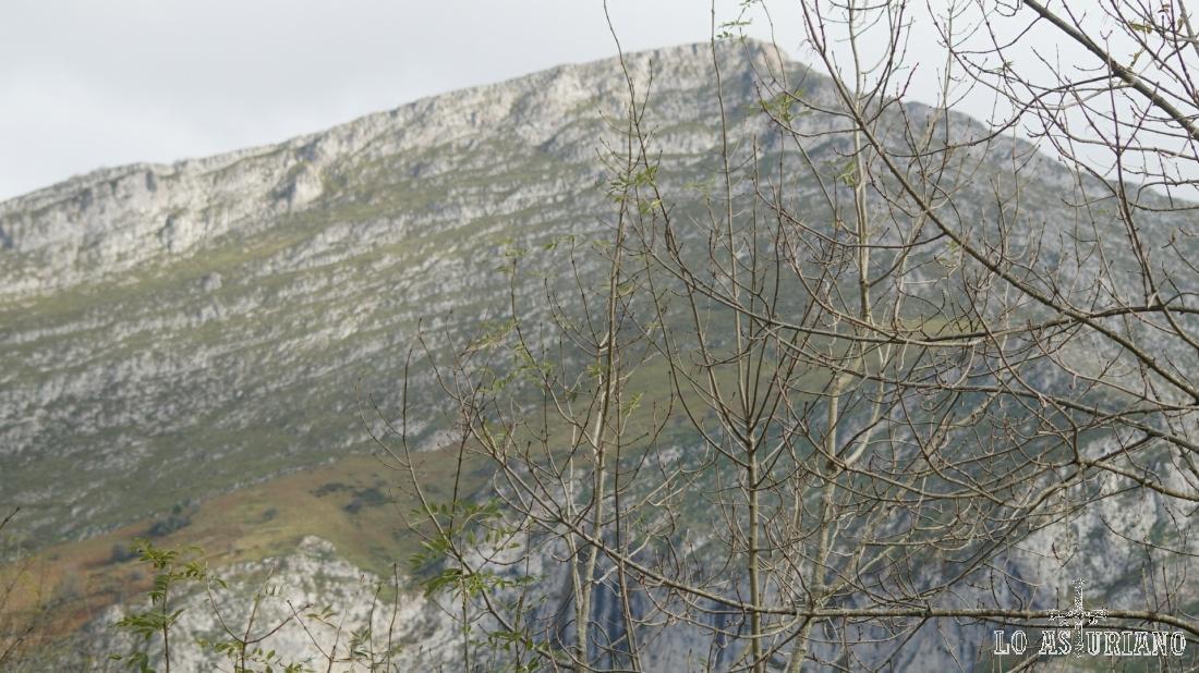 Peña Salón, de 1145 msnm, gran mirador de la zona.