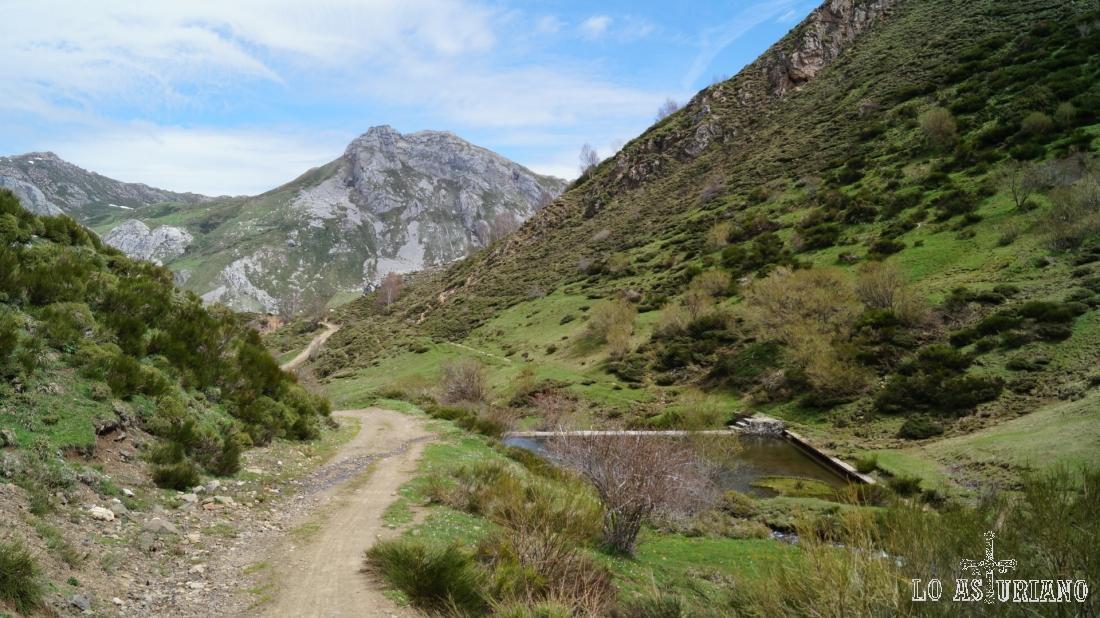 Al fondo, el pico Cueva Camayor, que detrás tiene la vega Camayor, que baja hacia los lagos de Saliencia. A la derecha, una toma de aguas de la zona; agua que es conducida hacia el Lago del Valle.