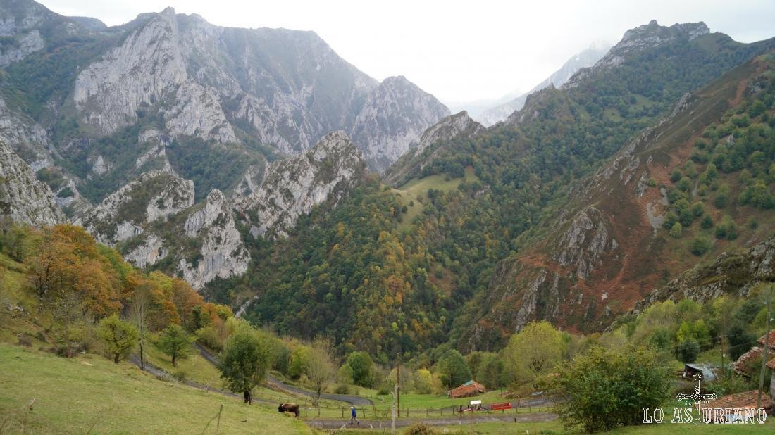 El hayedo del valle Llorgosu en primer término, cambiando ya los colores en la entrada del otoño.