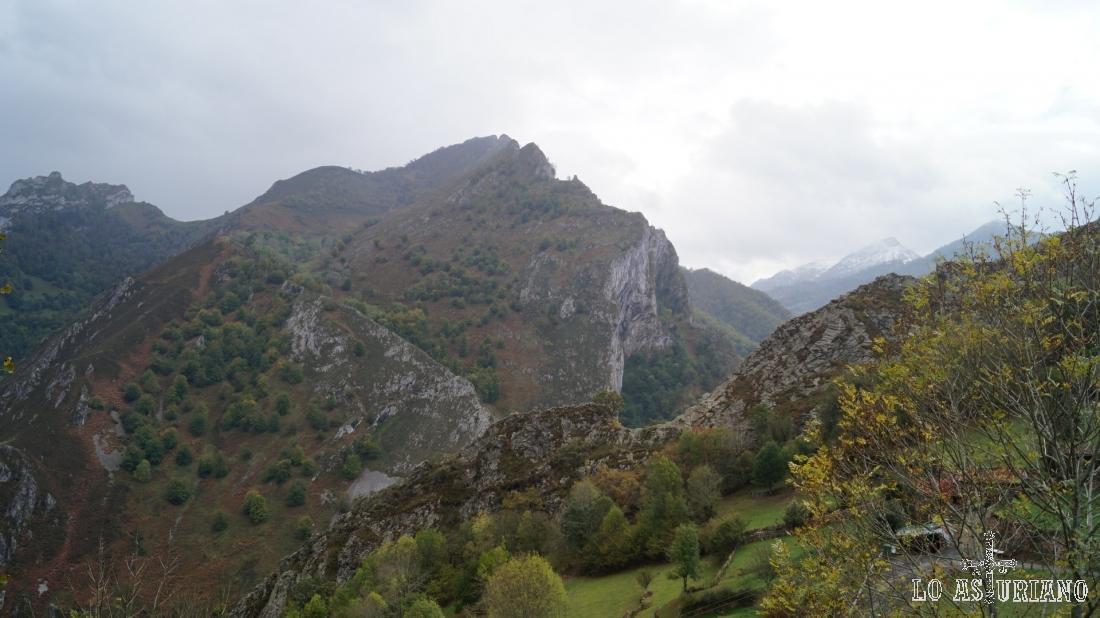 En el centro, peña Subes, desde la que veríamos el bosque de Peloño en todo su esplendor.