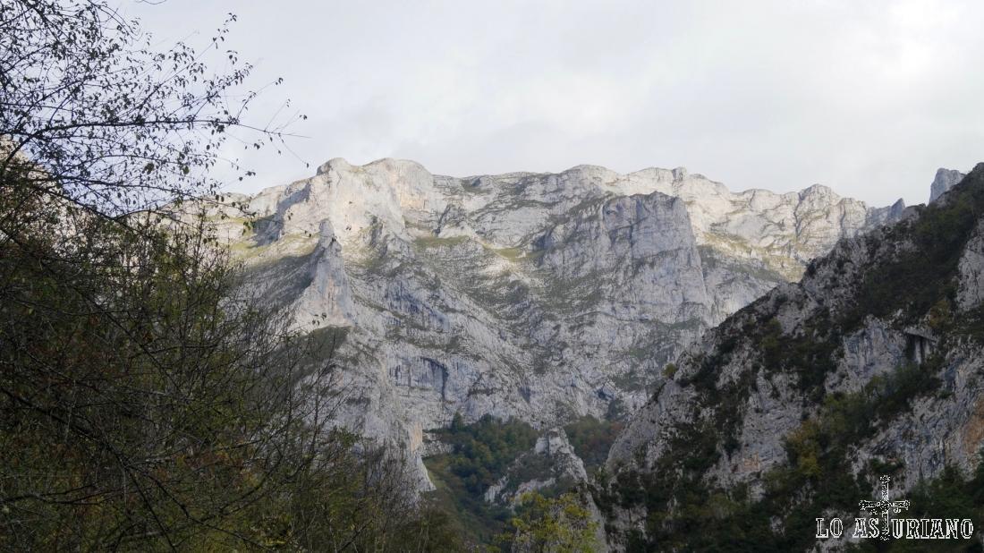 Las preciosas paredes rocosas de Los Beyos.