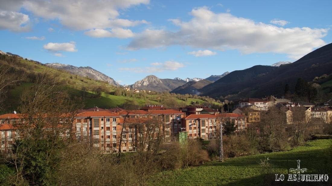 San Martín de Teverga, y al fondo, en el centro, la peña Vigueras.