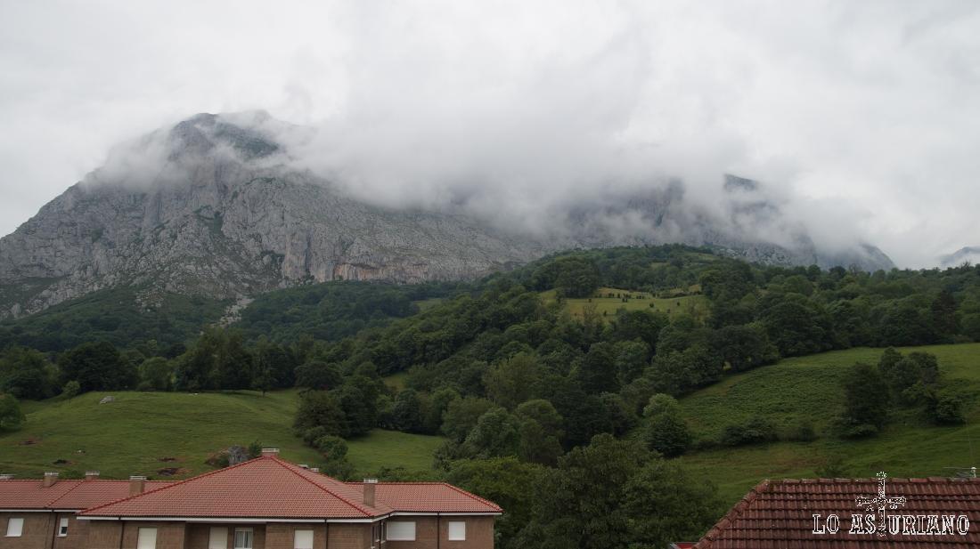Nieblas de primavera en peña Sobia, San Martín de Teverga.