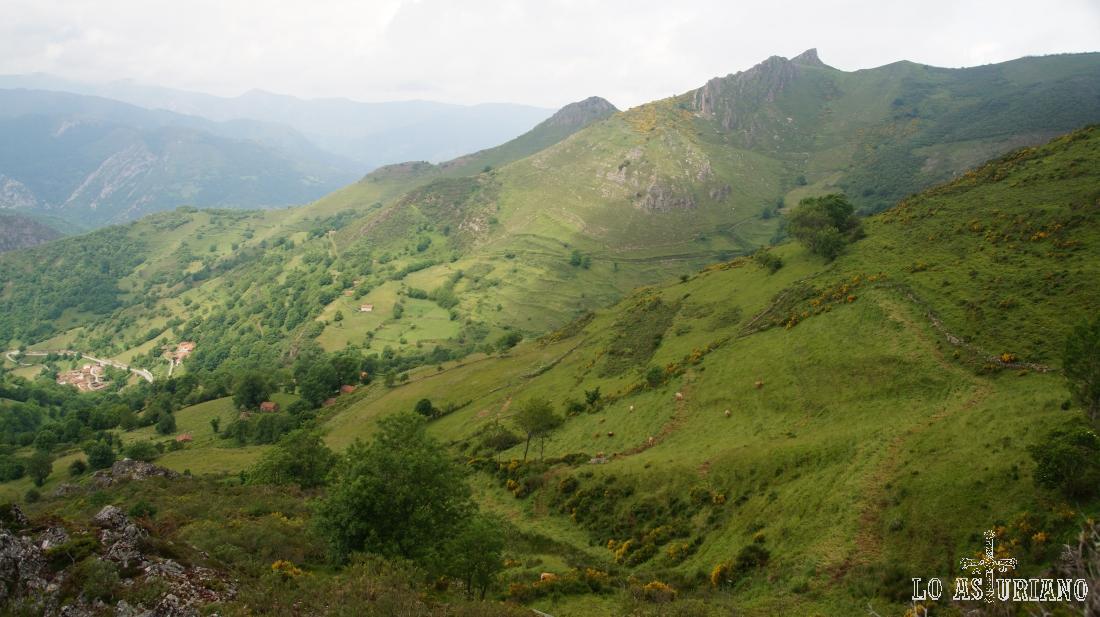 Al fondo a la derecha, la peña del Home, desde el Camín Real de la Mesa. A la izquierda, el pueblo de Orderías.