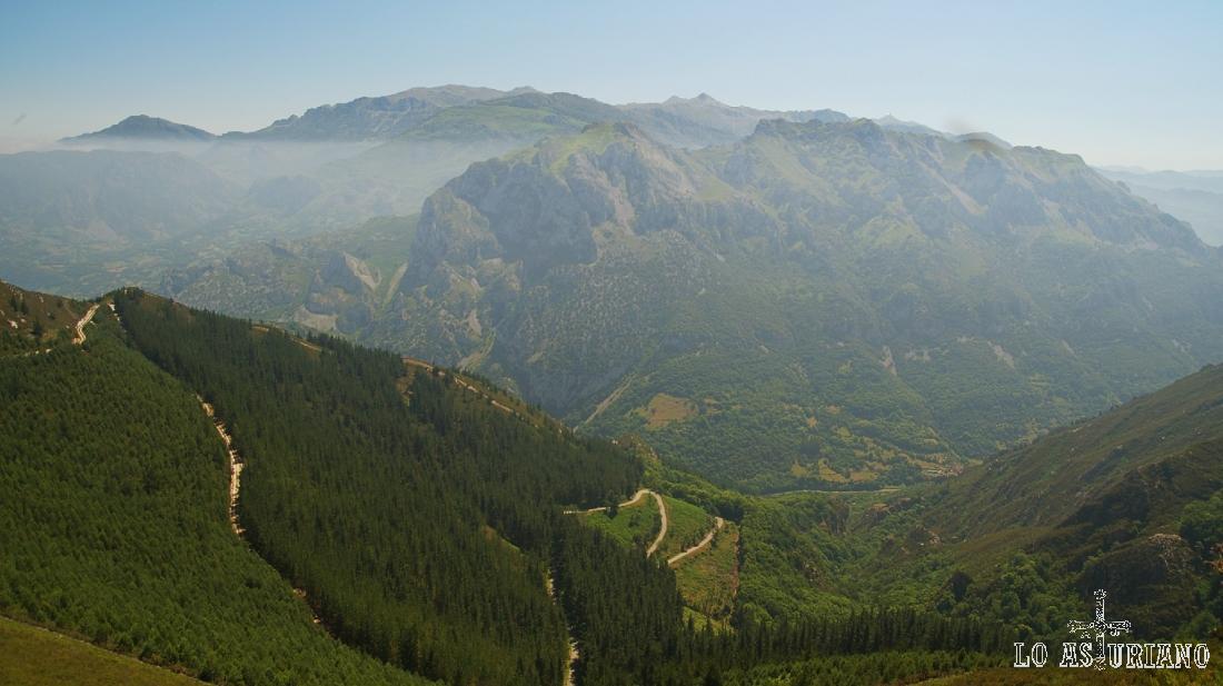 La sierra de Caranga, desde el pico Lluguéi, en el concejo de Proaza.