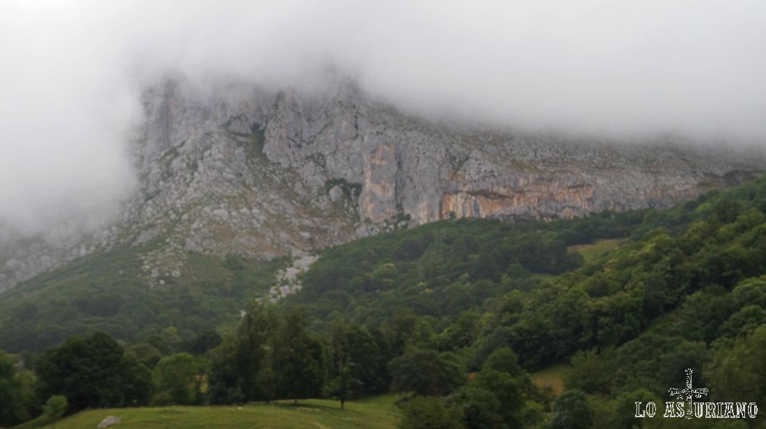 Nieblas en peña Sobia, Parque Natural de las Ubiñas-la Mesa.