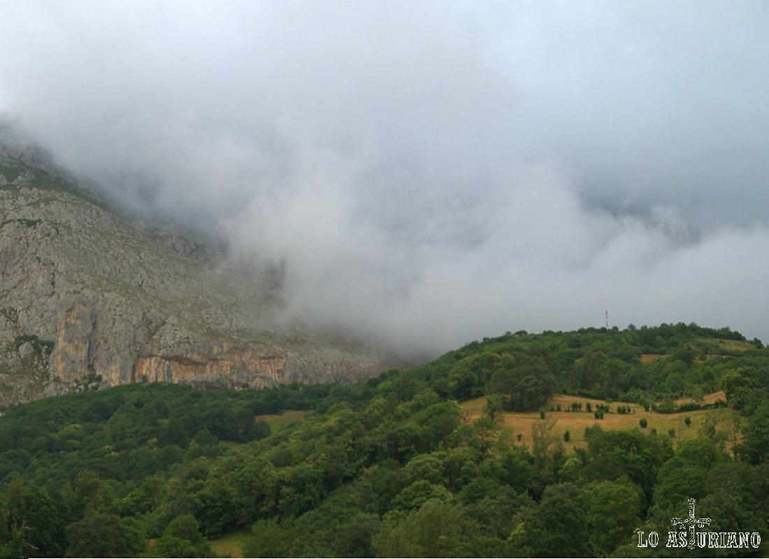 Típica niebla mañanera de verano en San Martín de Teverga.