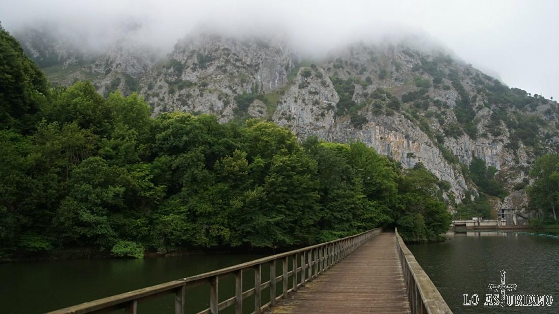 Puente de madera que cruza el embalse de Valdemurio, con bonitas nieblas sobre la sierra del Gorrión.