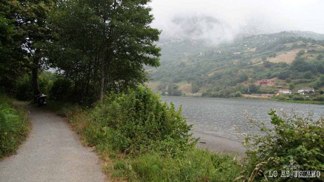 Senda del oso, embalse de Valdemurio y sierra de Caranga entre nieblas.