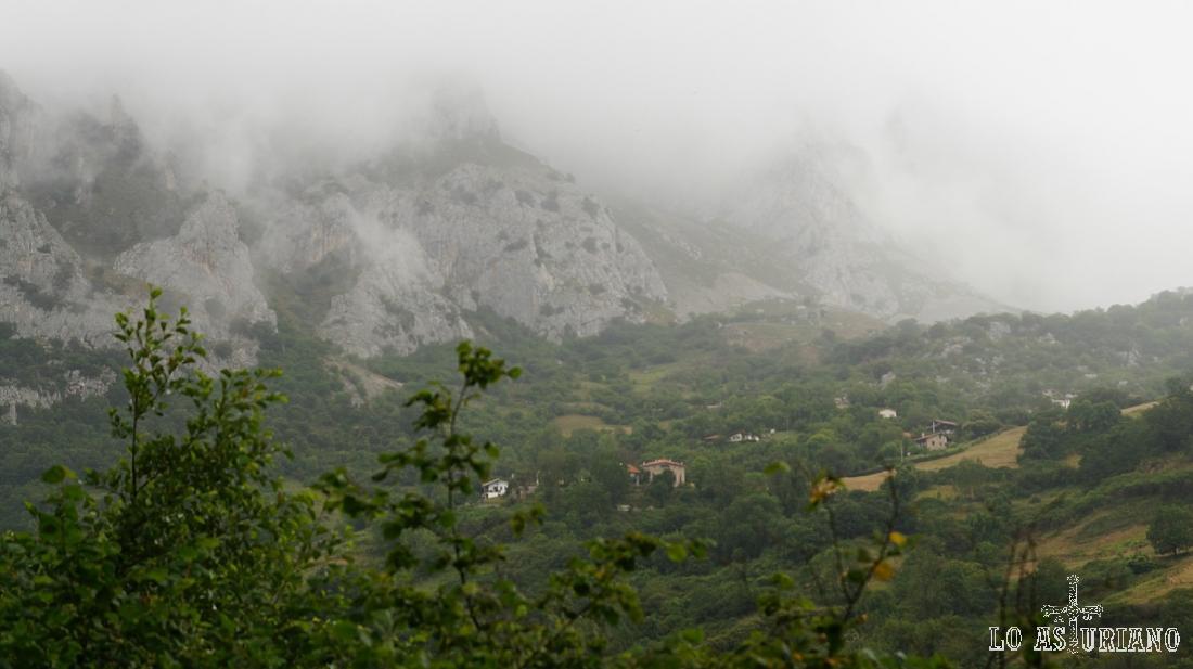 Nieblas en la sierra de Caranga, visto desde el embalse de Valdemurio.