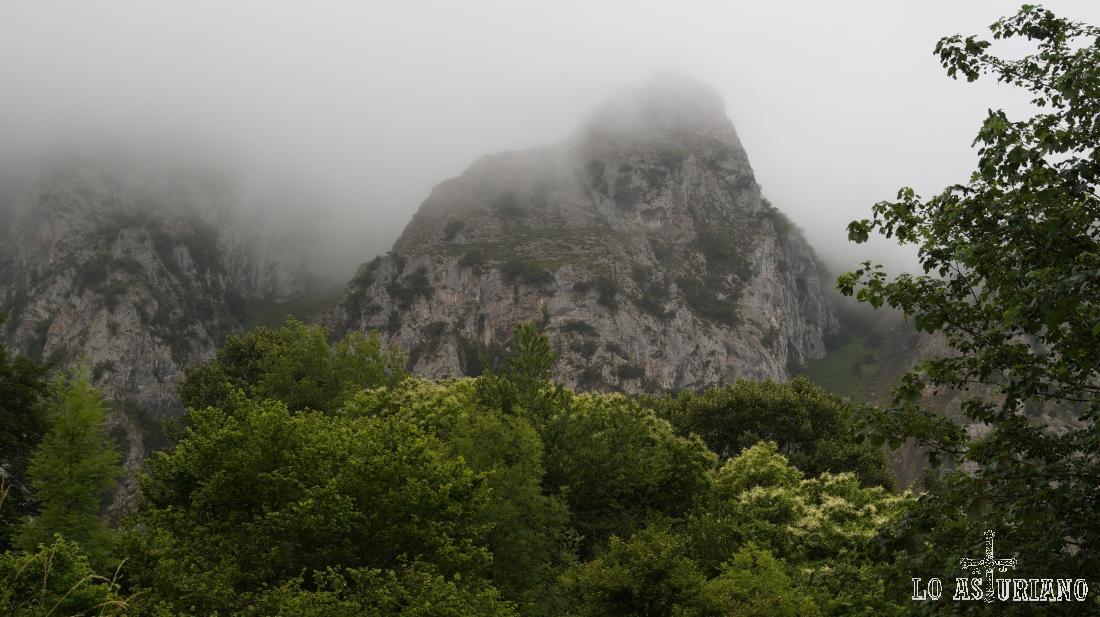 El pico Mayor o Gorrión, tapado por la niebla primaveral.