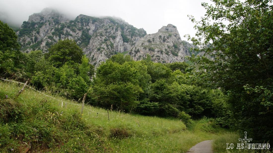 Esta es la senda del oso, pasando al lado de la sierra del Gorrión, junto al embalse de Valdemurio.