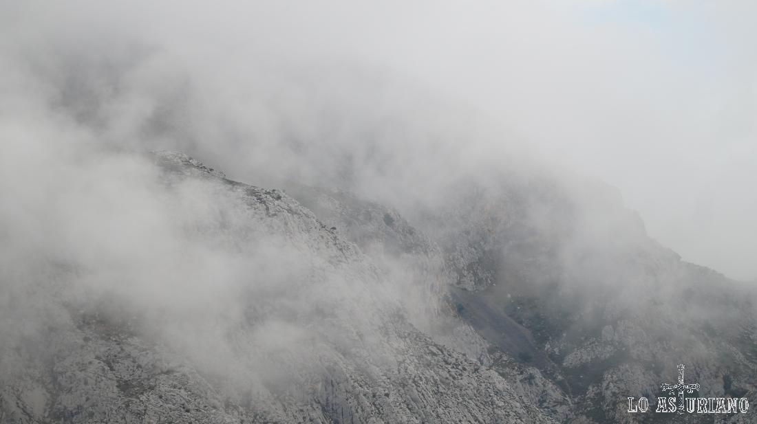 Nieblas en las sierras que rodean a Entrago, Teverga.