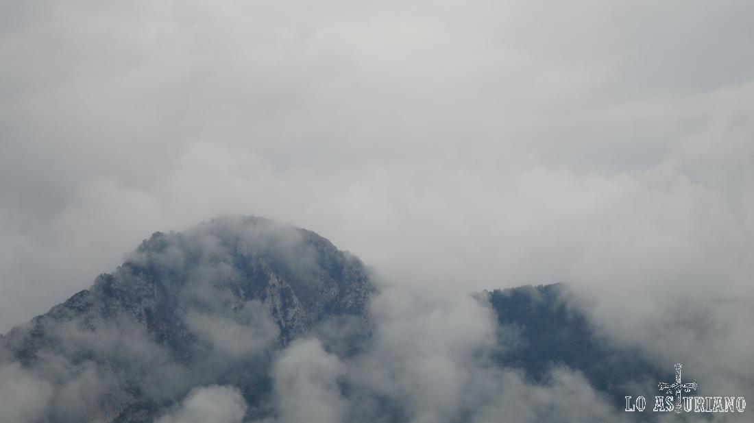 La peña Vigueras entre nieblas.