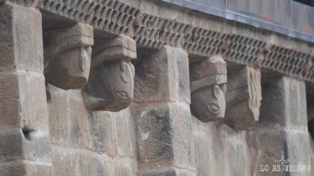 La colegiata de San Pedro en La Plaza, Teverga, tiene motivos de animales en su entorno.