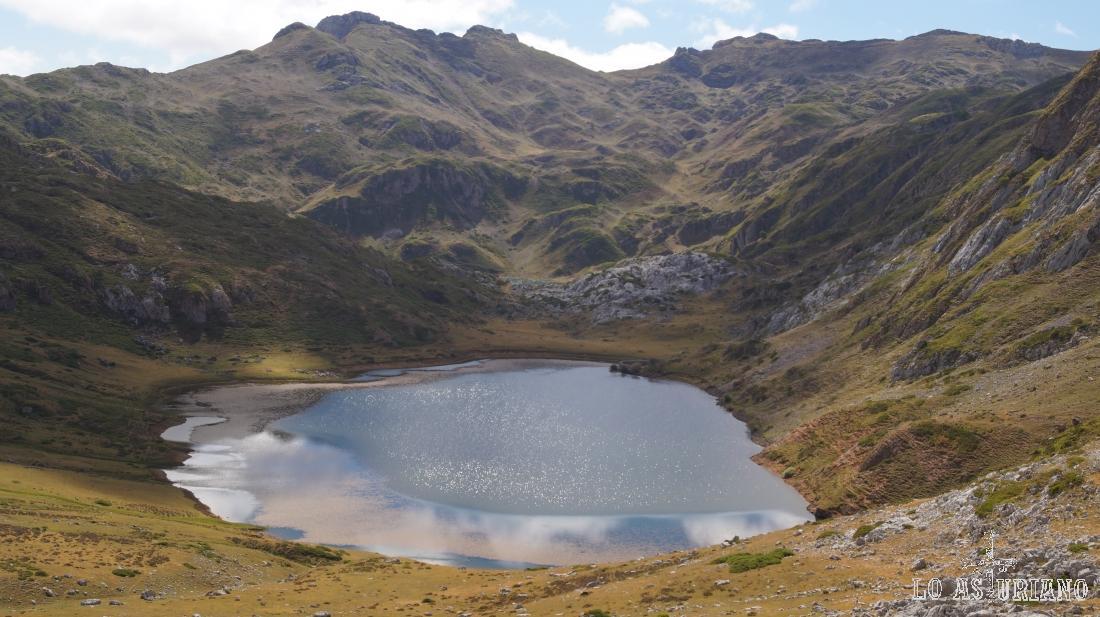 El lago de Cerveiriz va quedando muy abajo.
