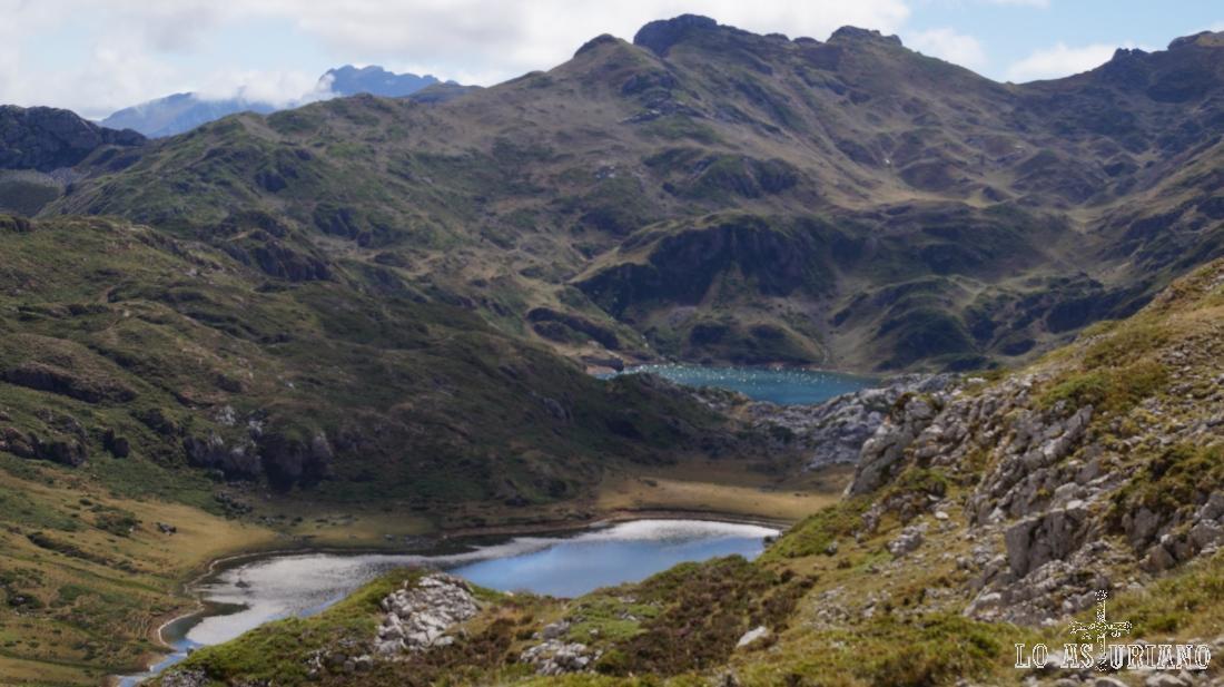 Dos de los lagos de Saliencia: el lago Cerveiriz y al fondo, el lago Negro o de Calabazosa.