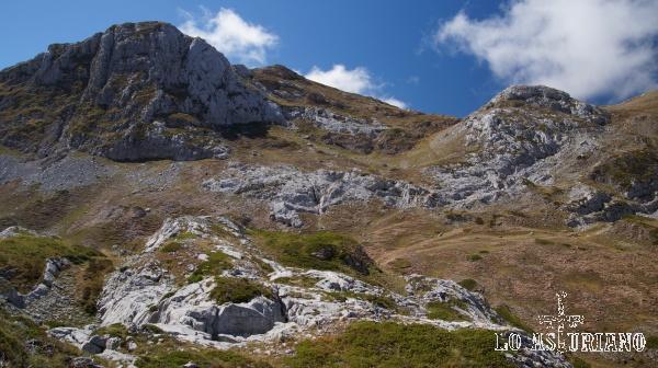 El pico Albo Oriental, de 2103 m, en Somiedo, Asturias.