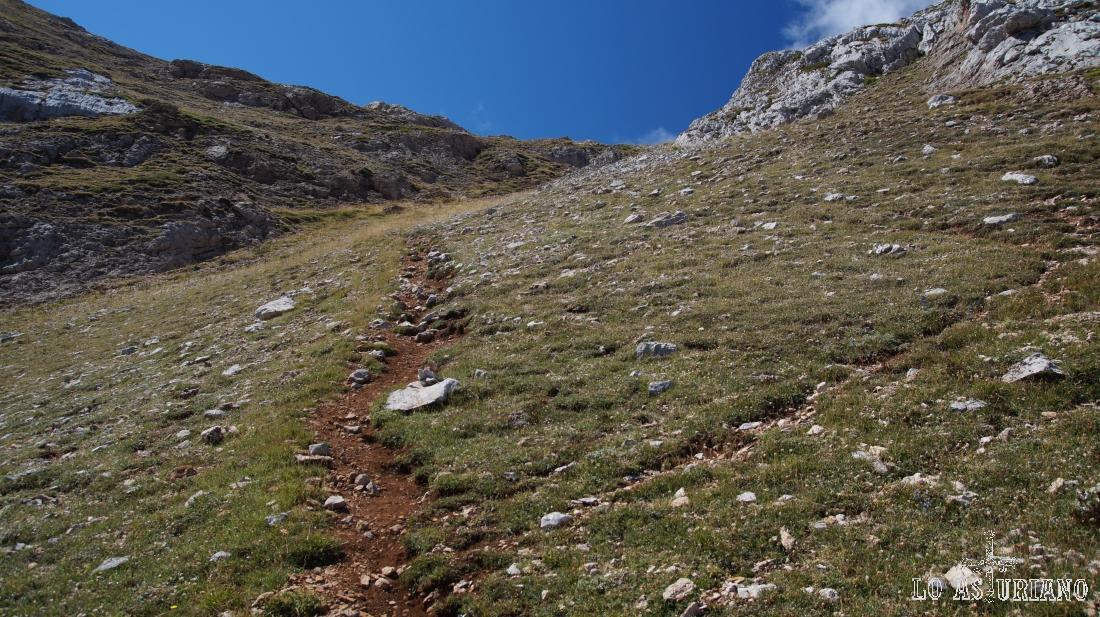 La sendita nos va conduciendo por empinadas pendientes hacia la collada de acceso.