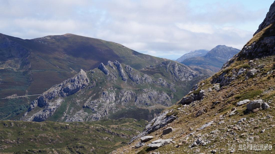 Vistas sur, hacia las últimas cimas asturianas, primeras de León.