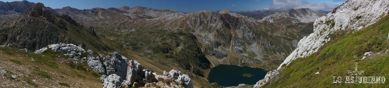Panorámica del Valle del Lago, desde el entorno del pico Albo Occidental, con el pico Rubio a la izquierda.