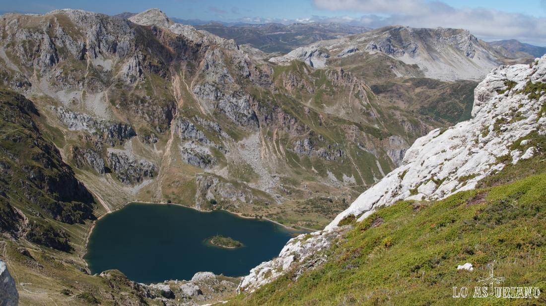 Desde los Picos Albos se pueden tomar perspectivas del Valle del Lago, como esta.