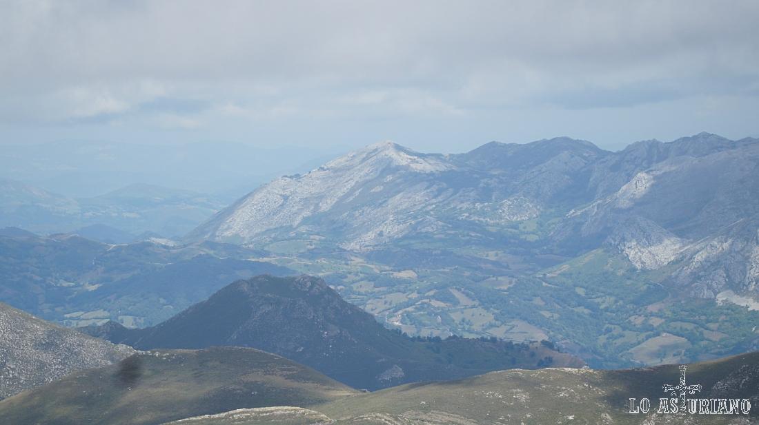 Zoom hacia los puertos de Marabio y el pico Caldoveiro, desde el pico Albo Occidental.