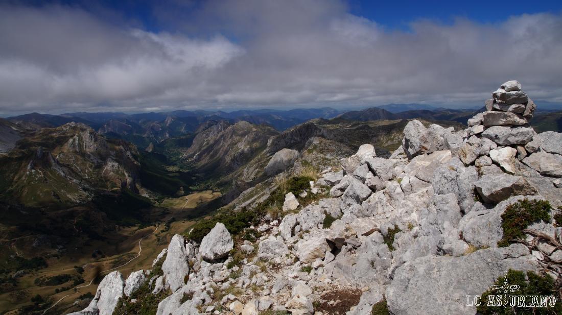 La cima del pico Albo Occidental y el valle del lago.