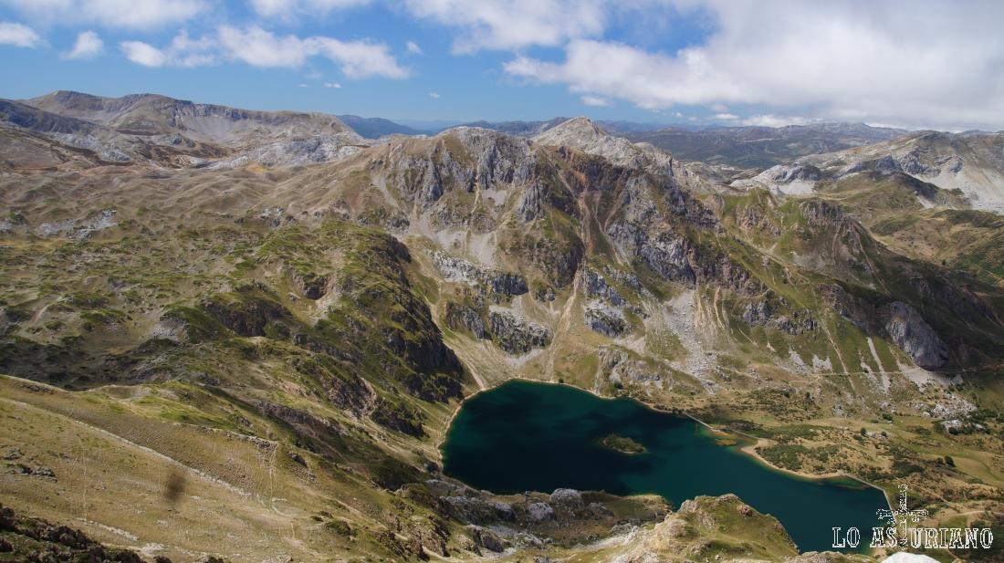 El lago del Valle y tras el mismo, la sierra de las Morteras, que tapa a la braña de Murias Llongas.