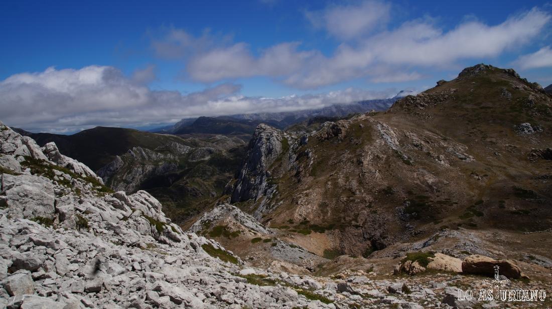Las laderas peladas del pico Albo Oriental, desde el otro pico Albo.