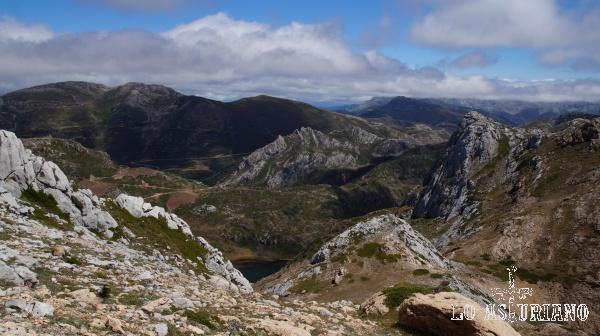 El lago, apenas se ve ahora, desde las laderas del Pico Albo.