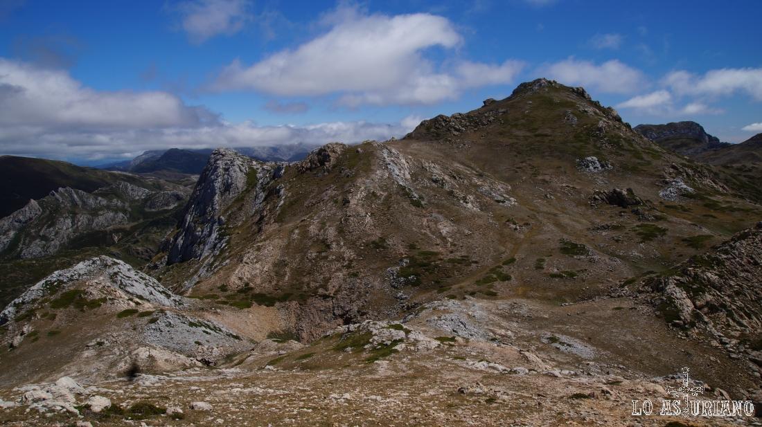 El camino desde este pico hasta el Albo Oriental es prácticamente en línea recta hasta la cima.