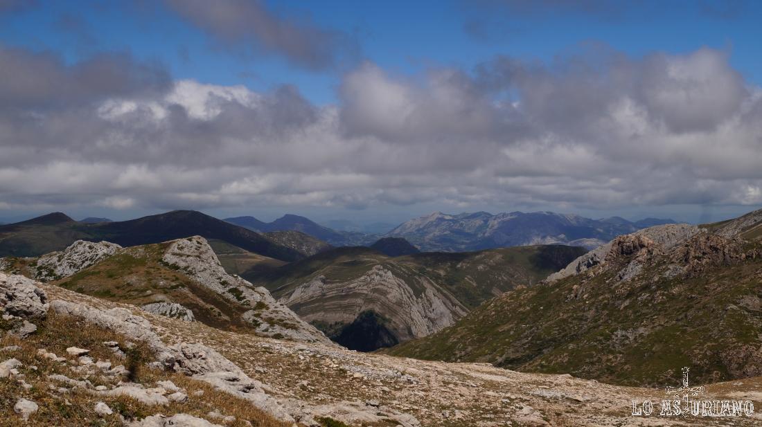 Vistas hacia las tierras de Proaza y Teverga.