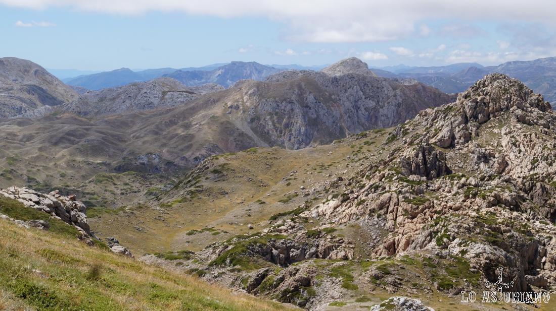 Estamos descendiendo el pico Albo Oriental, con el pico Rubio, enfrente.