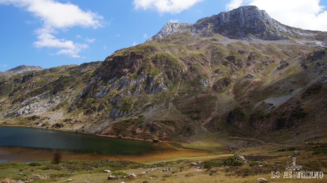 El lago Cerveiriz y el pico Albo Oriental.