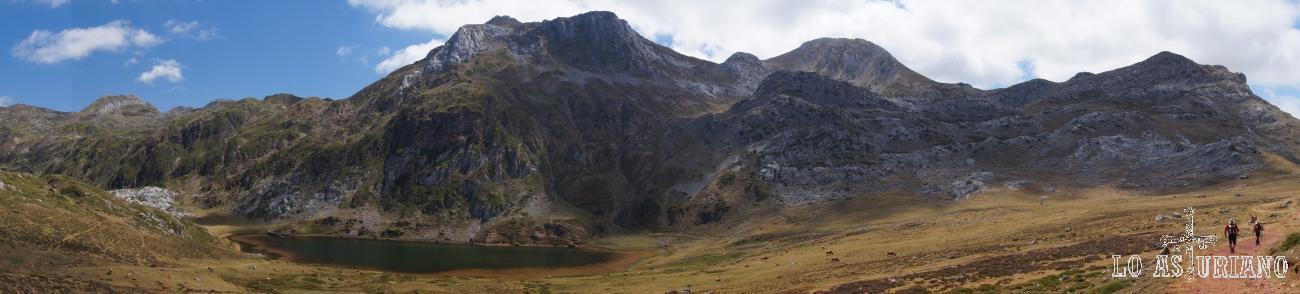 Panorámica en el lago de Cerveiriz, Saliencia, Somiedo, Asturias.
