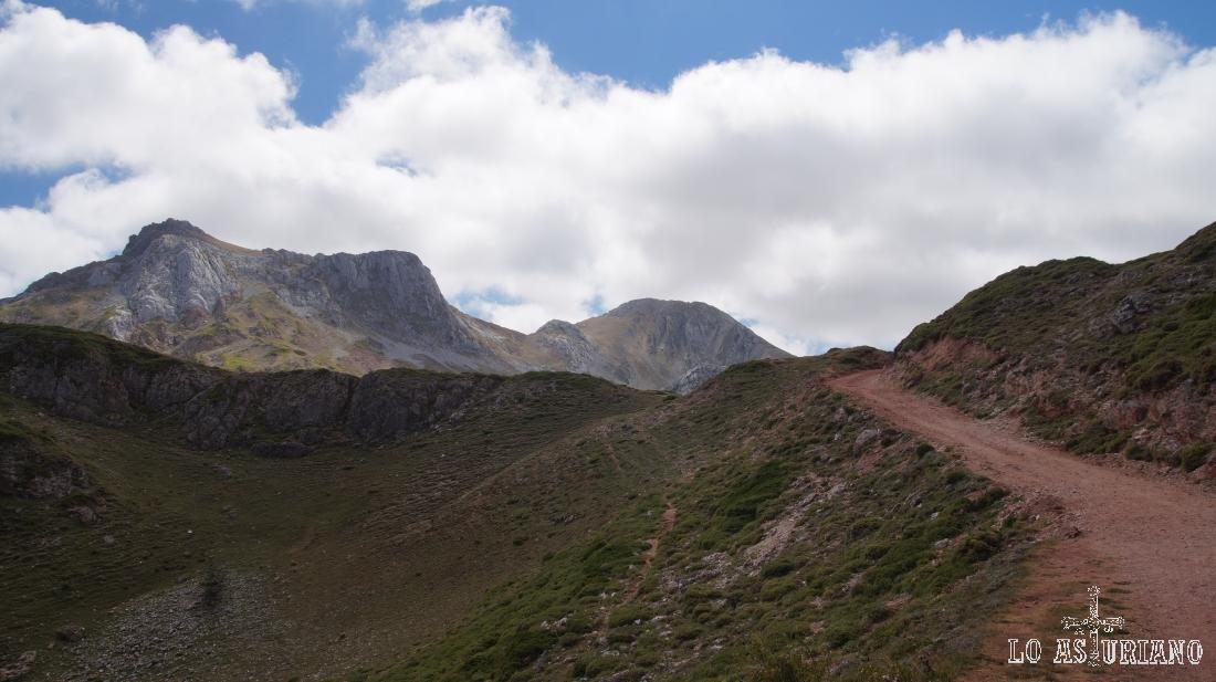 Bajando por la pista, tenemos las últimas vistas hacia las cimas de los Picos Albos.