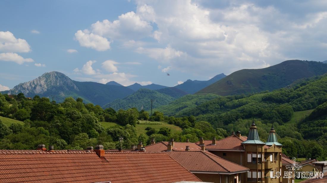 Peña Vigueras y detrás, las altas cimas del entorno de Montegrande.