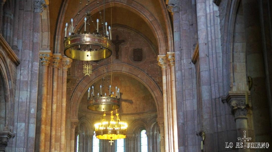 Interior y lámparas de la Basílica de Covadonga.