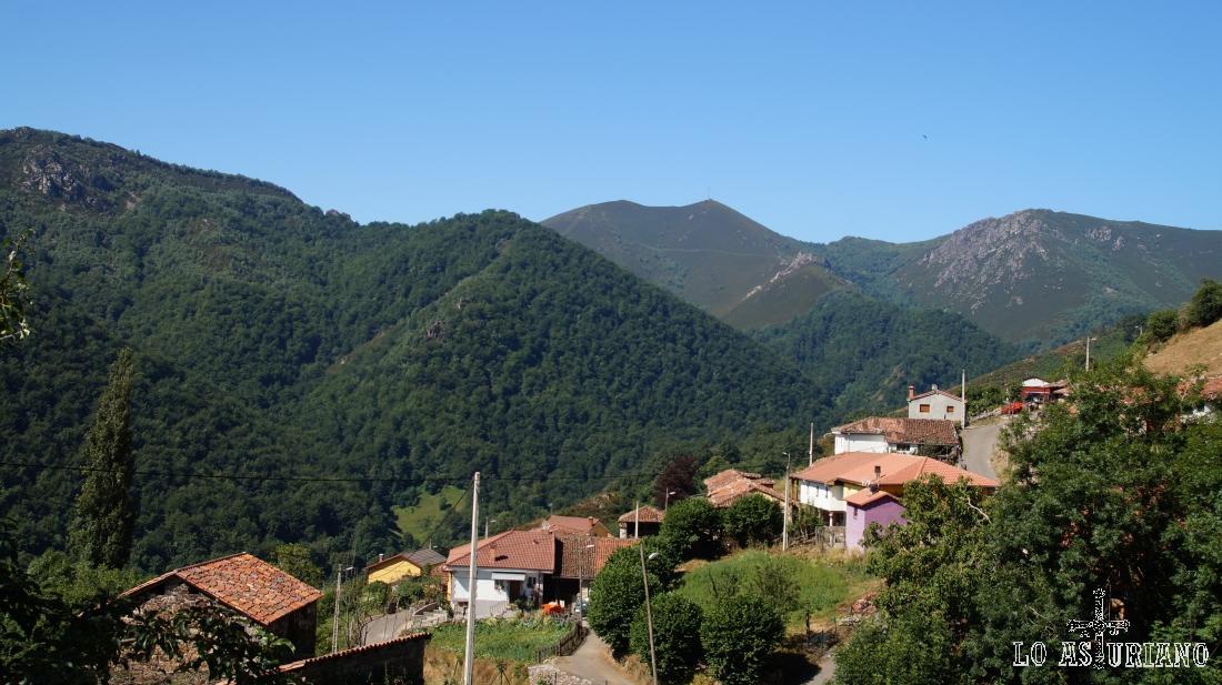 """El hayedo de La Tartulla en plena sierra la Verde. Al fondo la <a href=""""http://www.loasturiano.com/lugar-puerto-de-san-lorenzo-pena-del-home-ruta-908"""" target=""""_blank"""">peña del Home</a>, ya en Somiedo."""