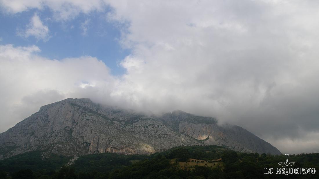 La peña de Sobia sobre San Martín de Teverga.