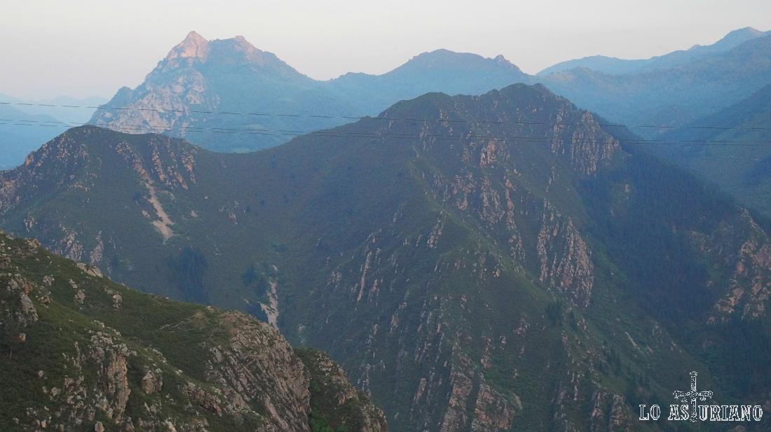 La sierra peña Collada y detrás, el pico Mayor o Gorrión, ya en Quirós.