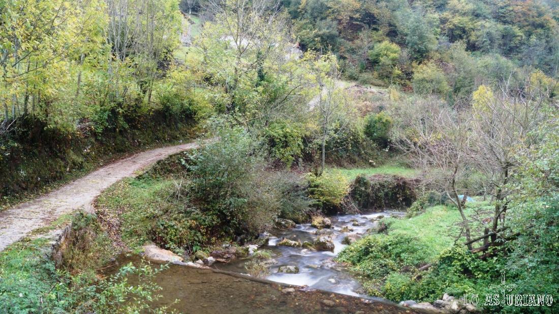 El arroyo Pendones y el camino de subida hacia la Vega Baxu.