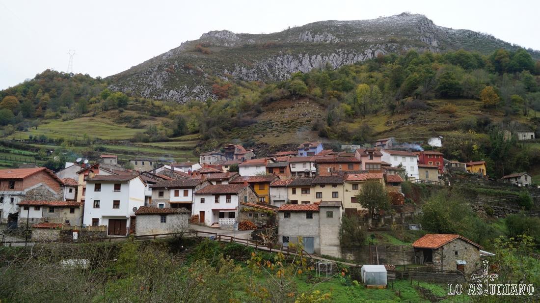 Pendones y peña la Quemada (1254 m).