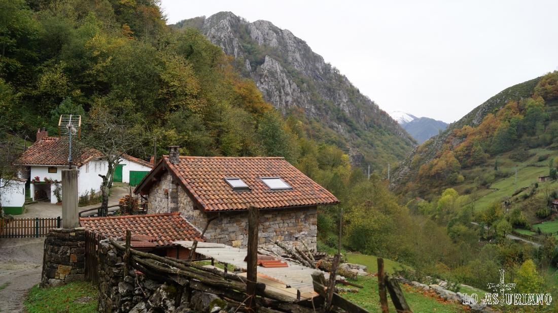 Ultimas casas de Pendones y al fondo, se intuye el valle del río Nalón, que luego veremos mucho mejor.