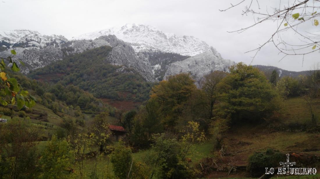 El pico Tiatordos, desde la pista a Vega Baxu.