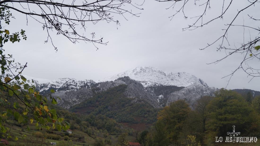 El esbelto y nevado Tiatordos, se alza ante nosotros.