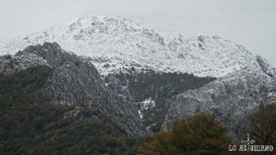 La amplia cima del Tiatordos, con las primeras nieves del otoño.