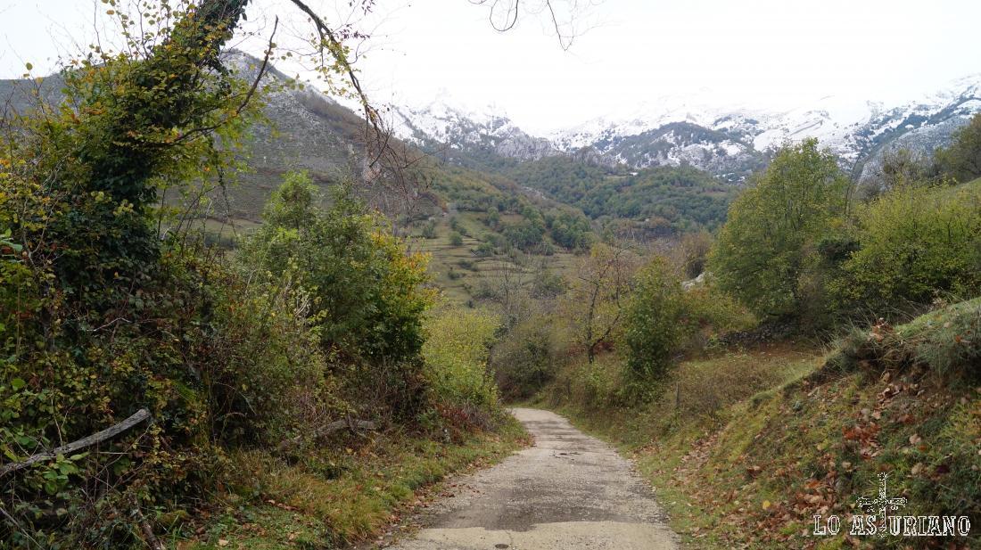El Cordal de Valloseru y el Alto el Paso, al fondo, encerrando a la Vega Baxu.